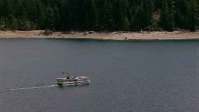 vídeos de stock, filmes e b-roll de ws people traveling in boat on shaver lake in sierra national forest / fresno county, california, usa - fresno