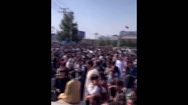 vídeos y material grabado en eventos de stock de people try to flee despite taliban reassurances that there would be no revenge attacks; afghanistan: kabul: ext amateur video footage of crowd of... - kabul