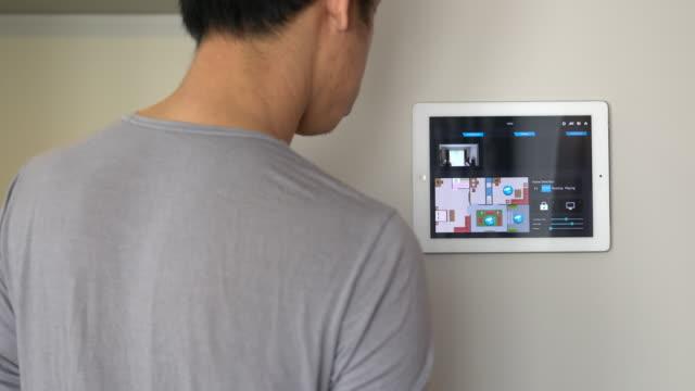 Mensen gebruiken tablet om te controleren van de gebeurtenis van veiligheidscamera. Smart home en home Automatiseringstechniek
