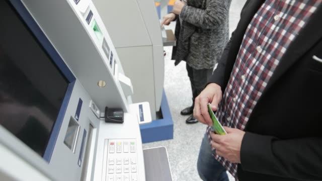Personer som använder ATM, handhållna skott