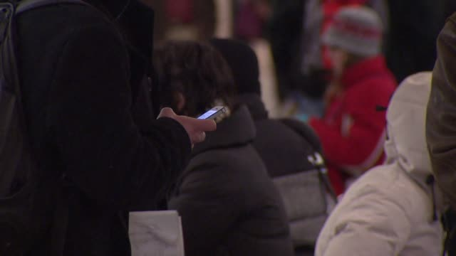 vidéos et rushes de wgn people using cell phones at the chicago lake red line on january 15 2015 - métro de chicago