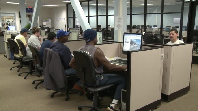 stockvideo's en b-roll-footage met people using computers in job center computer lab/ antioch, california, usa/ audio - zij aan zij