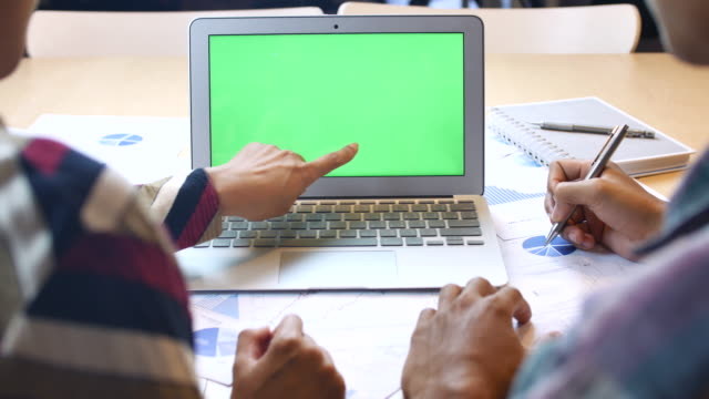vídeos de stock e filmes b-roll de people using laptop with green screen, chroma key - sobre os ombros vista traseira