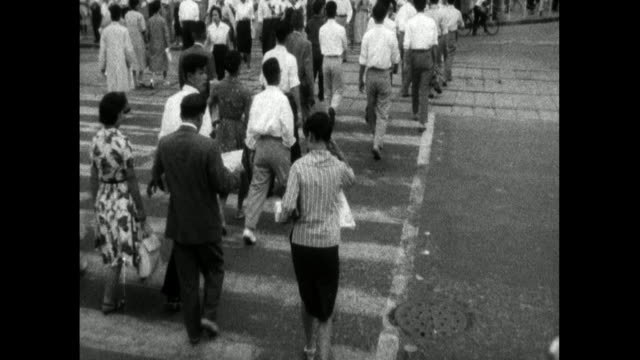stockvideo's en b-roll-footage met has people using pedestrian crossing in tokyo; 1959 - mid volwassen mannen