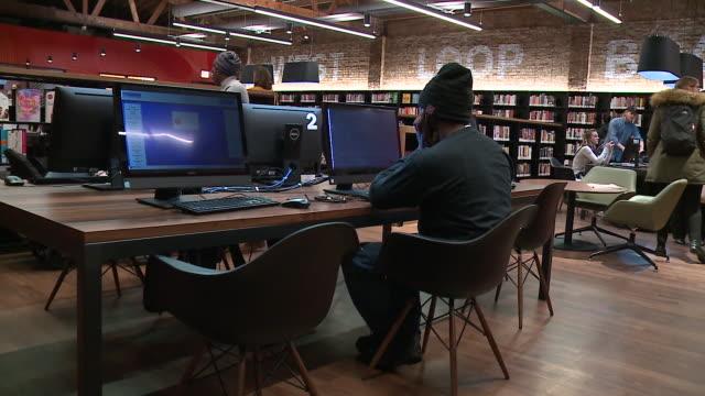 vídeos y material grabado en eventos de stock de people using public library computers at the west loop branch of the chicago public library on january 17, 2019. - laboratorio de ordenadores