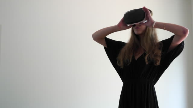 people using virtual reality - brief - dissolvenza in apertura video stock e b–roll