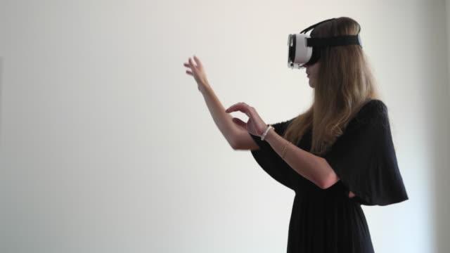 vídeos de stock e filmes b-roll de people using virtual reality - brief - realidade virtual