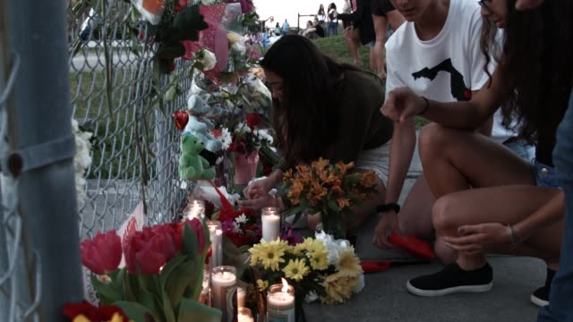 vidéos et rushes de people visit a makeshift memorial setup in front of marjory stoneman douglas high school on february 18 2018 in parkland florida police arrested and... - mémorial