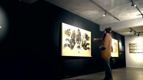 vídeos y material grabado en eventos de stock de personas visitan una exposición - arte