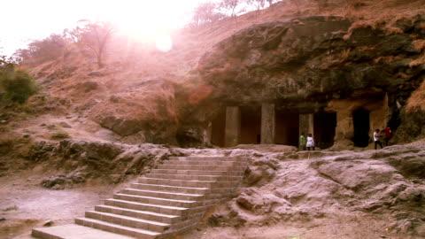エレファンタ島の洞窟、ムンバイでの訪問者 - unesco world heritage site点の映像素材/bロール