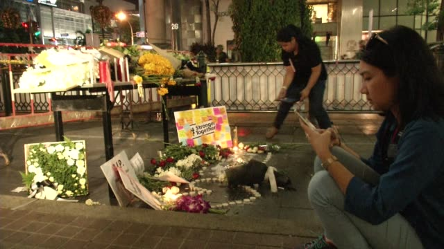 people visit memorials at erawan shrine a day after a bomb exploded close to the shrine in the center of thailand's capital, bangkok, killing at... - エラワン聖堂点の映像素材/bロール
