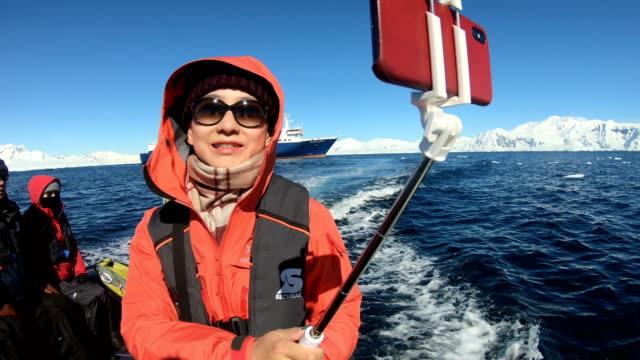 vídeos de stock e filmes b-roll de people visit the antarctic coastline - cultura sul americana