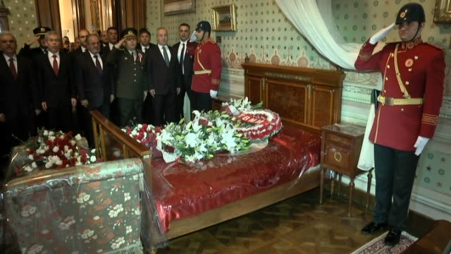 people visit the mustafa kemal ataturk's room as turkish soldiers stand guard in dolmabahce palace during the 78th anniversary of ataturk's death in... - ムスタファ ケマル アタテュルク点の映像素材/bロール