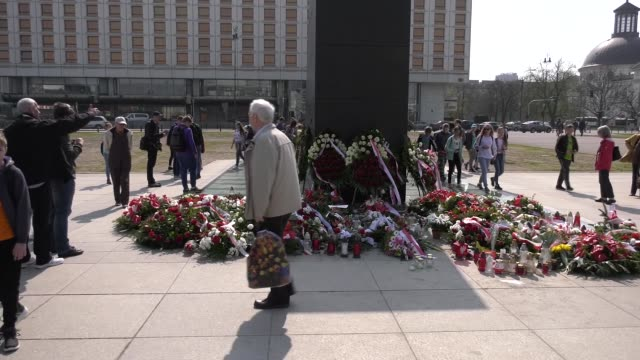 people visit the smolensk monument on pilsudski square in warsaw poland on april 12 2018 the controversial monument built in remembrance of the... - warszawa bildbanksvideor och videomaterial från bakom kulisserna