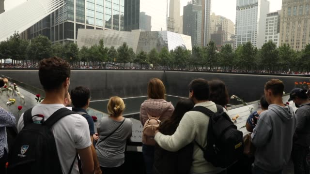 vidéos et rushes de people visit the spot where the north tower once stood following a commemoration ceremony for the victims of the september 11 terrorist attacks at... - cérémonie