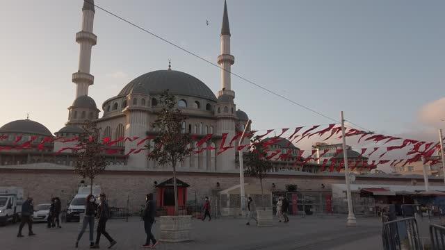 people visit the taksim square during a national weekend coronavirus lockdown on december 06 in istanbul, turkey. amid surging coronavirus figures,... - weekday stock videos & royalty-free footage