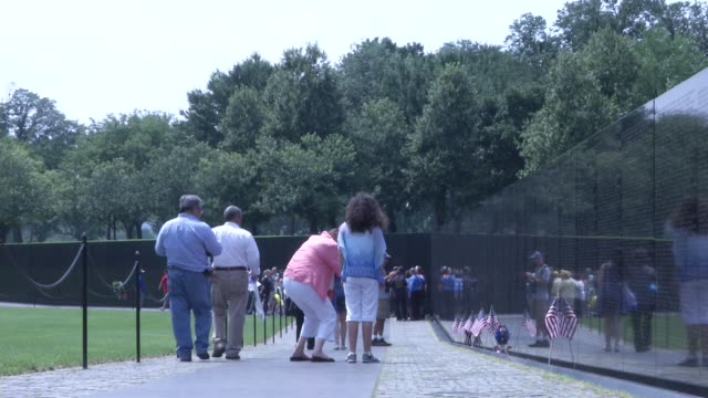 people visit the vietnam veterans memorial in washington, dc. it honors u.s. service members of the u.s. armed forces who fought in the vietnam war,... - vietnam veterans memorial video stock e b–roll