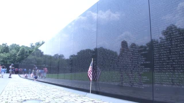 vidéos et rushes de people visit the vietnam veterans memorial in washington dc it honors us service members of the us armed forces who fought in the vietnam war service... - mémorial