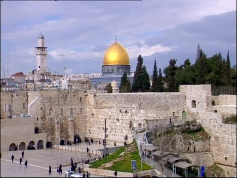 people visit the western wall near the dome of the rock in jerusalem. - gerusalemme est video stock e b–roll