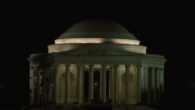 vidéos et rushes de ws, people visiting jefferson memorial at night, washington dc, washington, usa, - style néoclassique