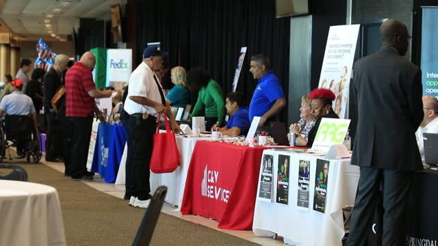 vídeos de stock, filmes e b-roll de people visiting job news usa job fair in louisville, ky, u.s., on wednesday, june 23, 2021. - feira de emprego