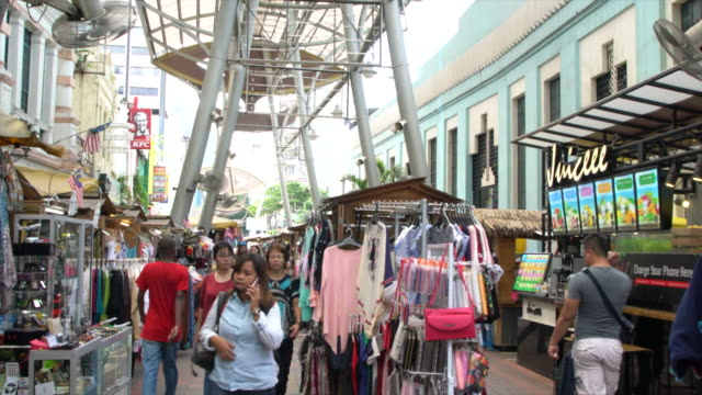 people visiting the central market in kuala lumpur, malaysia - クアラルンプール点の映像素材/bロール