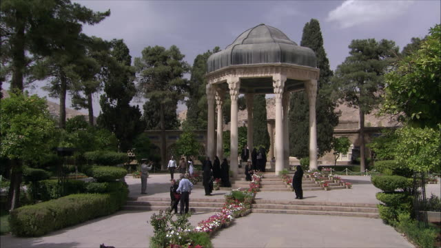 stockvideo's en b-roll-footage met ws people visiting tomb of poet hafez, shiraz, iran - tuinpad