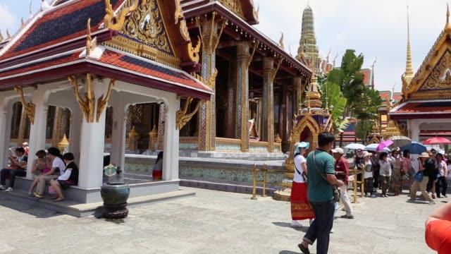 stockvideo's en b-roll-footage met mensen die de tempel van wat pho in bangkok, thailand bezoeken - geboren in