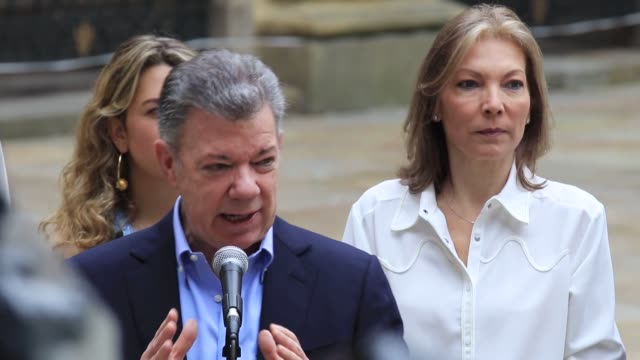 vídeos de stock, filmes e b-roll de people vote in the presidential elections at polling stations in bogota colombia on may 27 2018 colombian president juan manuel santos speaks to the... - eleição