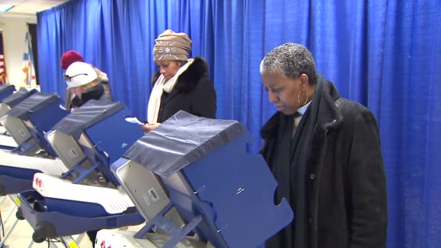 stockvideo's en b-roll-footage met people voting early in the illinois primary elections - stembiljet