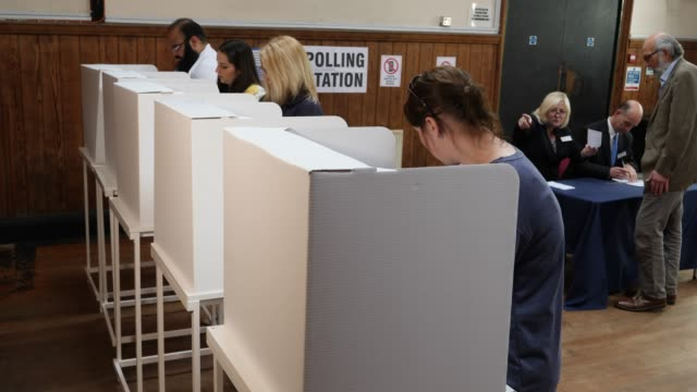 vídeos de stock e filmes b-roll de 4k: people voting in polling booths at the election - voting at polling station - reino unido
