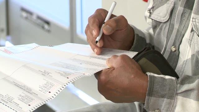 vídeos de stock, filmes e b-roll de kswb people voting in san diego - título de eleitor