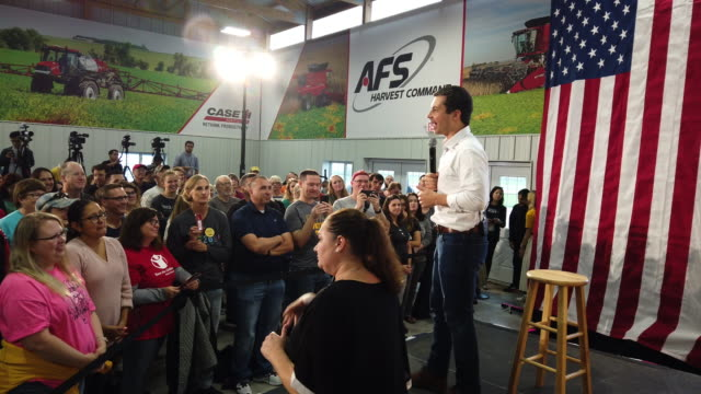 people wait for democratic presidential candidate, south bend, indiana mayor pete buttigieg to speak at a campaign stop on september 22, 2019 in... - south bend indiana stock videos & royalty-free footage