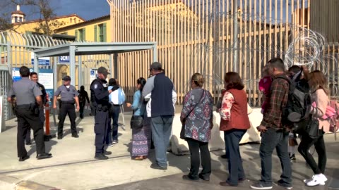 vídeos y material grabado en eventos de stock de people wait for hours to cross from mexico into the united states at the otay mesa border crossing on november 19, 2018 as seen from tijuana, mexico.... - cruzar
