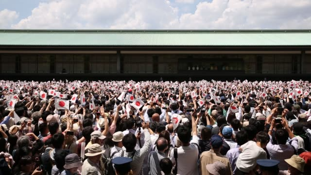 stockvideo's en b-roll-footage met people wait for the first public appearance of japan's emperor naruhito at the imperial palace on may 04, 2019 in tokyo, japan. emperor naruhito has... - verschijning