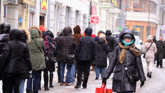 people wait in line at a bakery on fat thursday in central warsaw, poland on february 11, 2021. - 四旬節点の映像素材/bロール