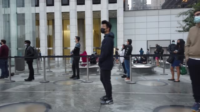 people wait in line at the apple fifth avenue store for the release of the new iphone on october 23, 2020 in new york city. the new apple iphone 12... - loslassen aktivitäten und sport stock-videos und b-roll-filmmaterial