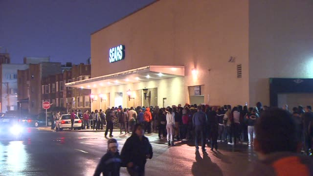 vídeos de stock, filmes e b-roll de people wait in line outside sears on black friday in the early morning on november 23, 2012 in chicago, illinois - shopaholic