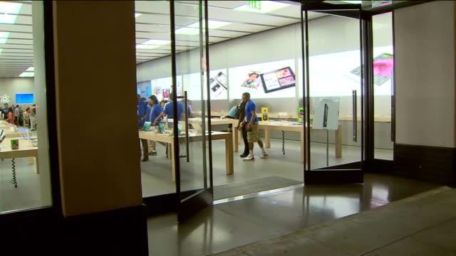 people wait in line overnight at a los angeles apple store for iphone 5 release on september 21, 2012 in los angeles, california - loslassen aktivitäten und sport stock-videos und b-roll-filmmaterial