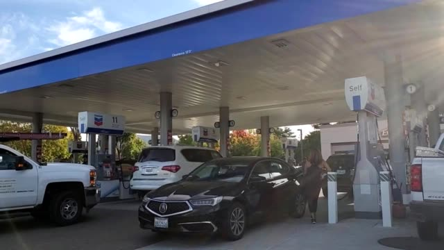 people wait in long lines to fuel their cars at a gas station in san ramon, california in advance of a public safety power shutoff announced by pge,... - stazione di rifornimento video stock e b–roll