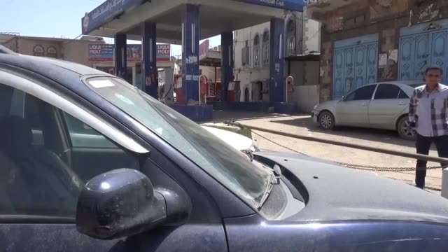 vidéos et rushes de people wait to fill tanks with fuel from a petrol station during the ongoing fuel shortages in sanaa, yemen on august 10, 2016. people queue with... - essence