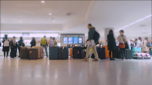 Personnes en attente à bagages à l'aéroport