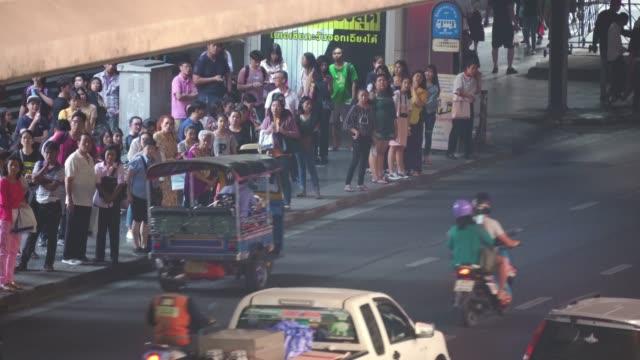 バンコクの公共バンを待っている人々 - バス停留所点の映像素材/bロール
