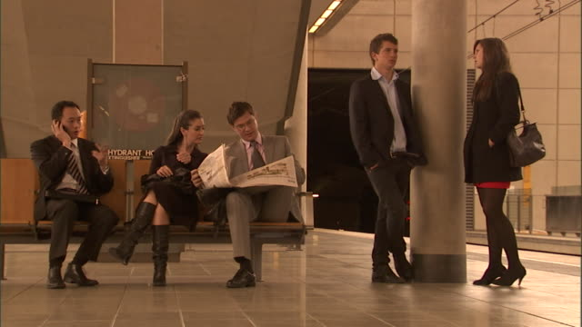 stockvideo's en b-roll-footage met ms, people waiting for train on platform, sydney, australia - publicatie