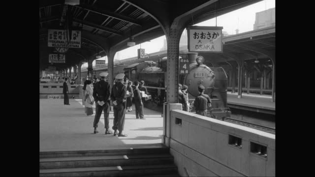 ws people waiting for train on platform / united states - 1950~1959年点の映像素材/bロール