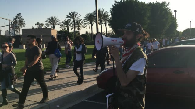 vídeos de stock e filmes b-roll de people waiting in line at the los angeles bernie sanders rally inside and outside of the stadium sot with millennial sanders campaigner tim kingstrom - partido democrático eua