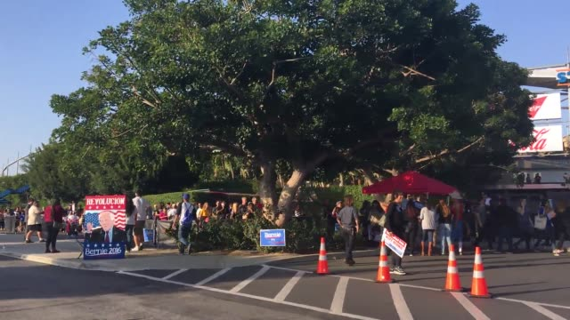 vidéos et rushes de people waiting in line at the los angeles bernie sanders rally, inside and outside of the stadium. sot with millennial sanders campaigner, tim... - file attente