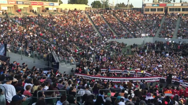 vídeos de stock, filmes e b-roll de people waiting in line at the los angeles bernie sanders rally inside and outside of the stadium sot with millennial sanders campaigner tim kingstrom - bernie sanders