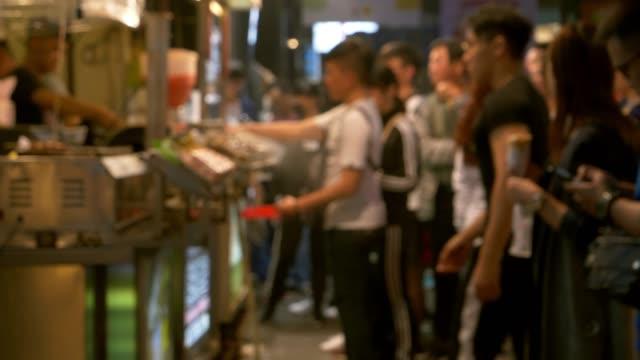 vídeos de stock e filmes b-roll de people waiting in line - pessoas em fila