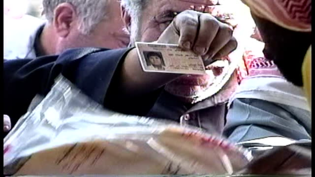 vidéos et rushes de people waiting in two lines for bread one for kuwaitis one for nonkuwaitis post liberation much of kuwait was without power and had limited access to... - opération tempête du désert